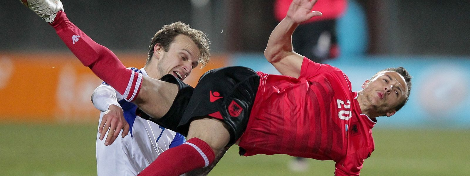 Ergys Kaçe (Nummer 20, hier gegen Luxemburgs Lars Gerson) hätte nicht spielen dürfen.