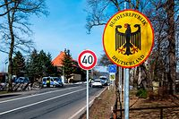 20.02.2021, Tschechien, Petrovice: Deutsche Polizeibeamte kontrollieren ein Fahrzeug am tschechisch-deutschen Grenzübergang Petrovice/Bahratal im Erzgebirge. Foto: Ondøej Hájek/CTK/dpa +++ dpa-Bildfunk +++
