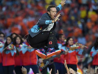 Chris Martin of Coldplay performs during Super Bowl 50 between the Carolina Panthers and the Denver Broncos at Levi's Stadium in Santa Clara, California February 7, 2016. / AFP PHOTO / TIMOTHY A. CLARY