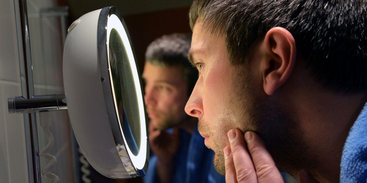 Der Blick in den Spiegel zeigt: Auch die Haut unter dem Bart braucht Pflege.
