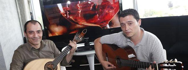 Pedro Quintas, à esquerda, dá cursos de guitarra portuguesa e viola de fado
