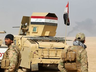 Iraqi forces hold a position on October 17, 2016 in the area of al-Shurah, some 45 kms south of Mosul, as they advance towards the city to retake it from the Islamic State (IS) group jihadists. Some 30,000 federal forces are leading the offensive, backed by air and ground support from a 60-nation US-led coalition, in what is expected to be a long and difficult assault on IS's last major Iraqi stronghold.   / AFP PHOTO / AHMAD AL-RUBAYE