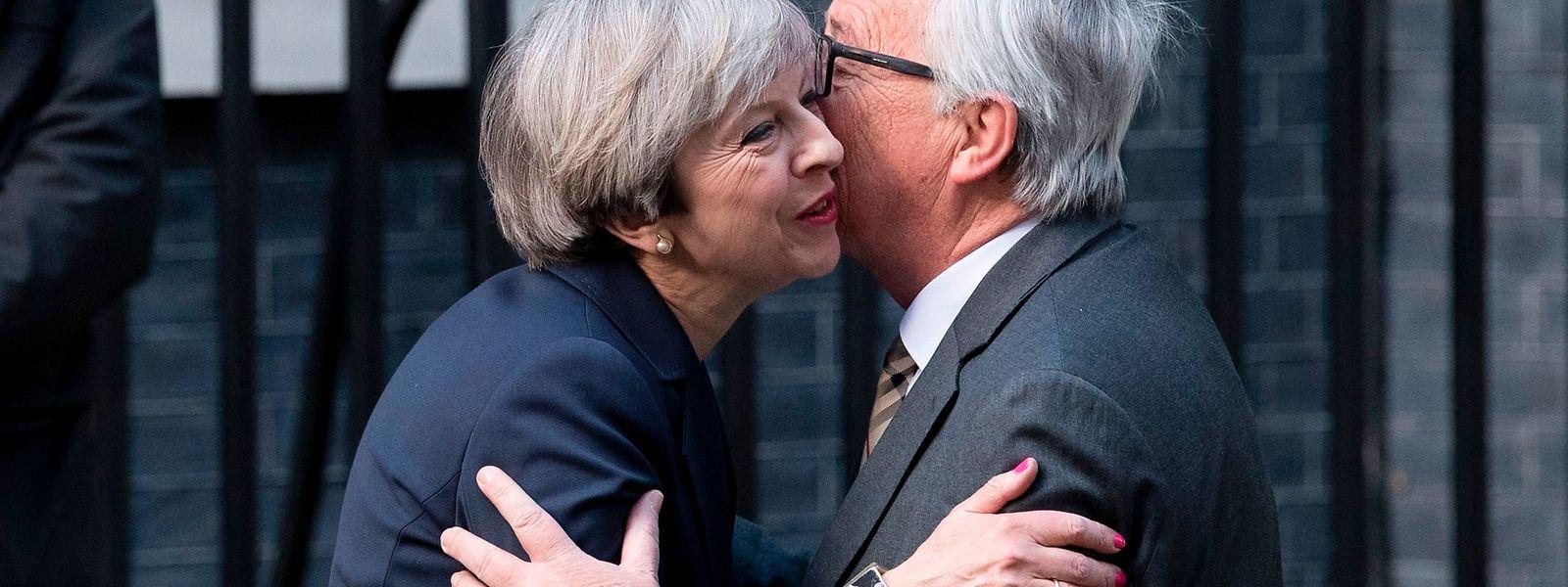 Rat mal, wer zum Essen kommt? Theresa May und Jean-Claude Juncker wollen heute beim Mittagessen in Brüssel eine Zwischenbilanz ziehen.
