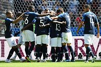 TOPSHOT - France team celebrate a goal after shooting a penalty kick during the Russia 2018 World Cup Group C football match between France and Australia at the Kazan Arena in Kazan on June 16, 2018. / AFP PHOTO / FRANCK FIFE / RESTRICTED TO EDITORIAL USE - NO MOBILE PUSH ALERTS/DOWNLOADS