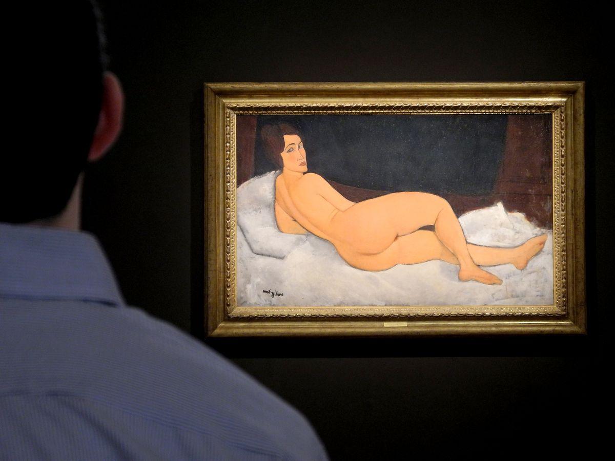 Ein Besucher betrachtet das Gemälde «Liegender Akt (auf der linken Seite)» des italienischen Malers Amedeo Modigliani.