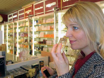 Am besten kauft man Parfum früh am Tag.