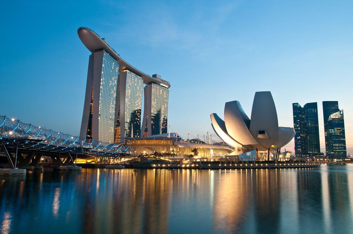 Das Hotel Marina Bay Sands in Singapur begeistert mit einem gigantischen Pool, der sich über das gemeinsame Dach der drei Türme erstreckt. Rechts daneben: das hoteleigene ArtScience-Museum.