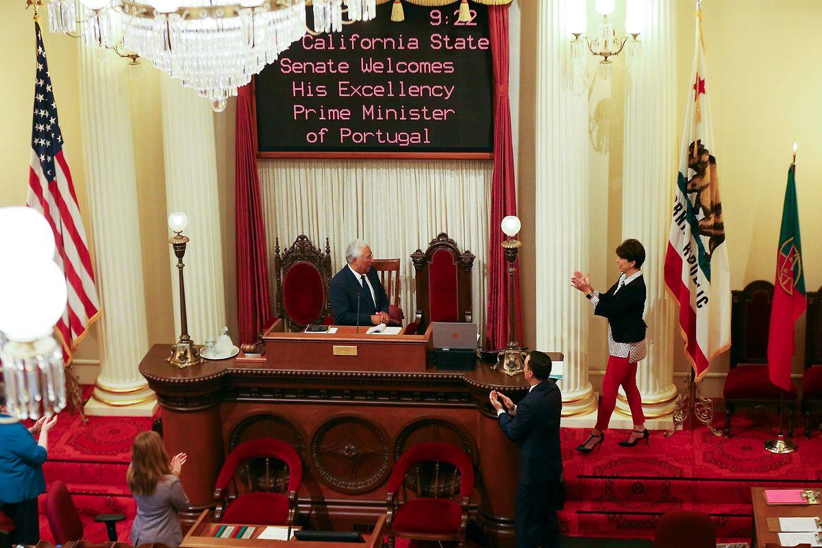 """O primeiro-ministro, António Costa, discursa na sessão onde foi aprovada uma resolução para institucionalizar o """"Dia de Portugal"""" na Califórnia, em sessão realizada no Senado Estadual de Sacramento, Califórnia, EUA, 14 de junho 2018.  NUNO VEIGA/LUSA"""