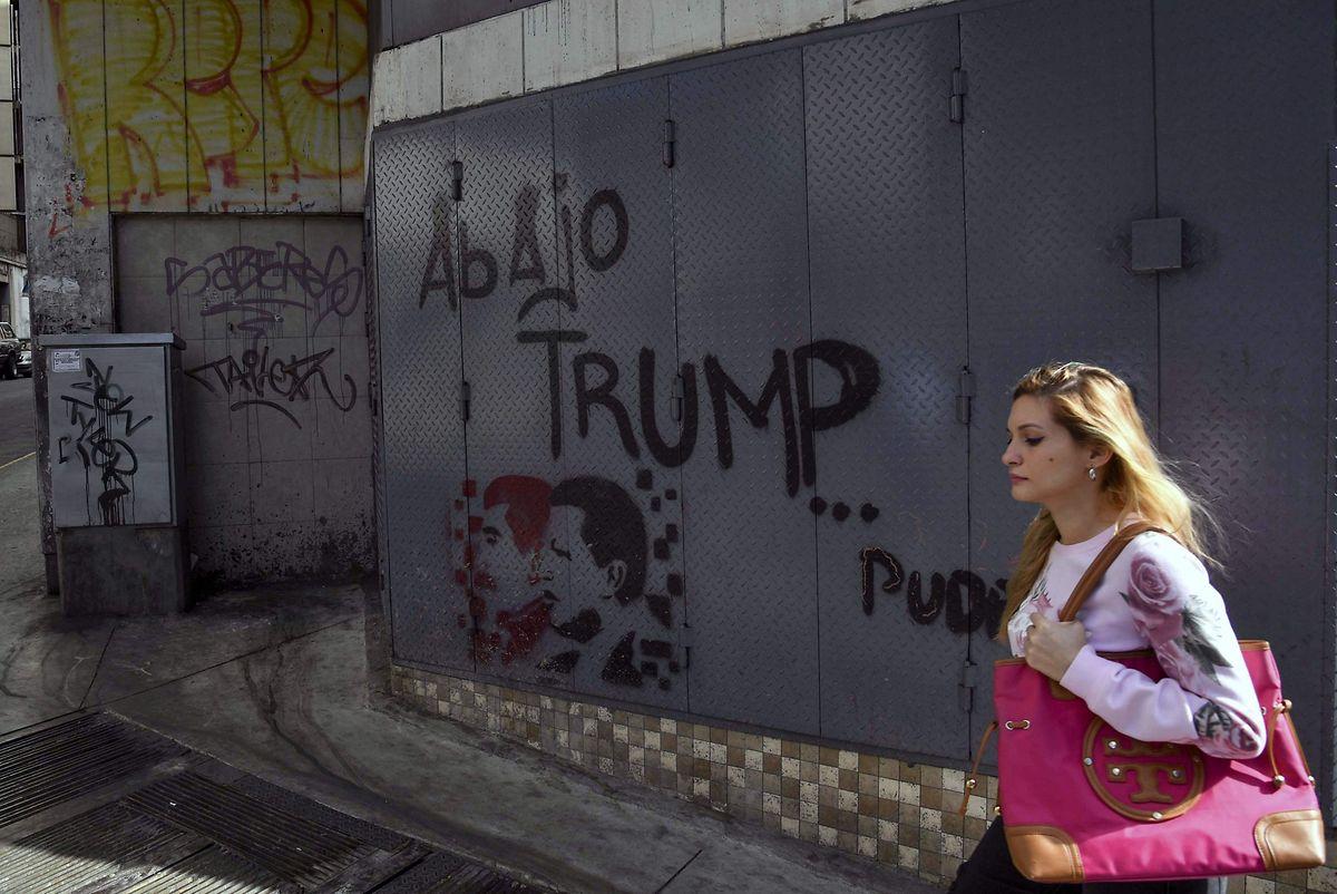 """maduros Regierung hat die diplomatischen Beziehungen zu den USA abgebrochen. Das Graffiti zeigt die Präsidenten Chavez (r.) und Maduro, darüber steht """"Nieder mit Trump""""."""