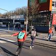 Wenn, wie in diesem Fall, die Ampel gleich hinter dem Zebrastreifen auf Grün und die davor auf Rot geschaltet ist, kommt es schon mal zum unbeabsichtigten Fehlverhalten ortsunkundiger Autofahrer. Die überfahren dann die rote Ampel im Glauben sie hätten Vorfahrt. Das kann schon mal gefährlich werden.
