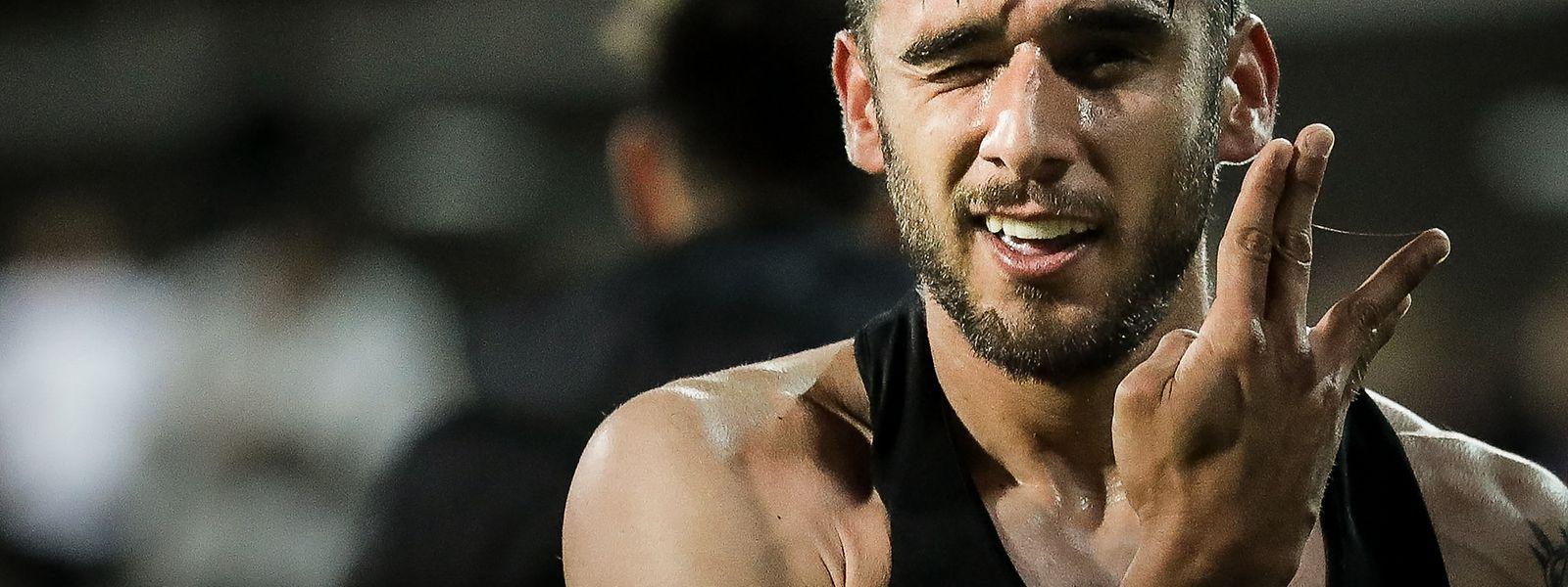 Salvio celebra o golo que deu o triunfo ao Benfica frente ao Estoril, por 2-1.