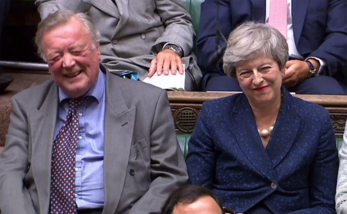 Johnsons glücklose Vorgängerin Theresa May verfolgte die Parlamentsdebatte am Dienstag mit einem  Lächeln.