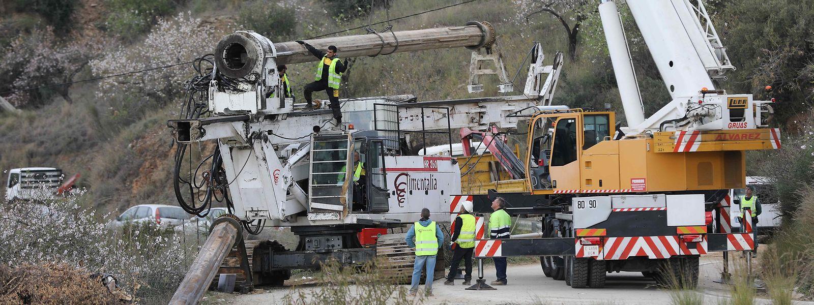 Eine Bohrmaschine, mit der ein Bergungstunnel senkrecht zum Schacht gegraben werden soll, in den am 13. Januar ein Zweijähriger gefallen sein soll, wird entladen. Das Zittern um Julen geht in Spanien nach mehr als fünf Tagen weiter. Niemand weiß, ob der Zweijährige noch am Leben ist.