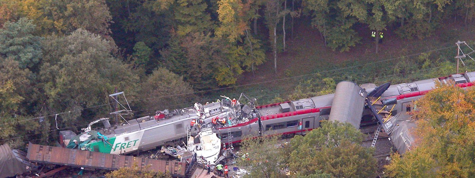 An der französischen Grenze bohrt sich der Güterzug in den Personenzug aus Luxemburg. Der Doppelstocktriebzug 2207 der CFL wird dabei auf einer Länge von 25 Metern völlig zerstört.