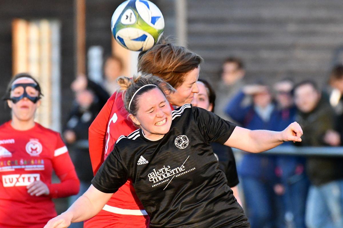 Tanja Fent (E. Wormeldange-Munsbach-CSG) serre les dents dans un duel aérien avec Anne Bourg.