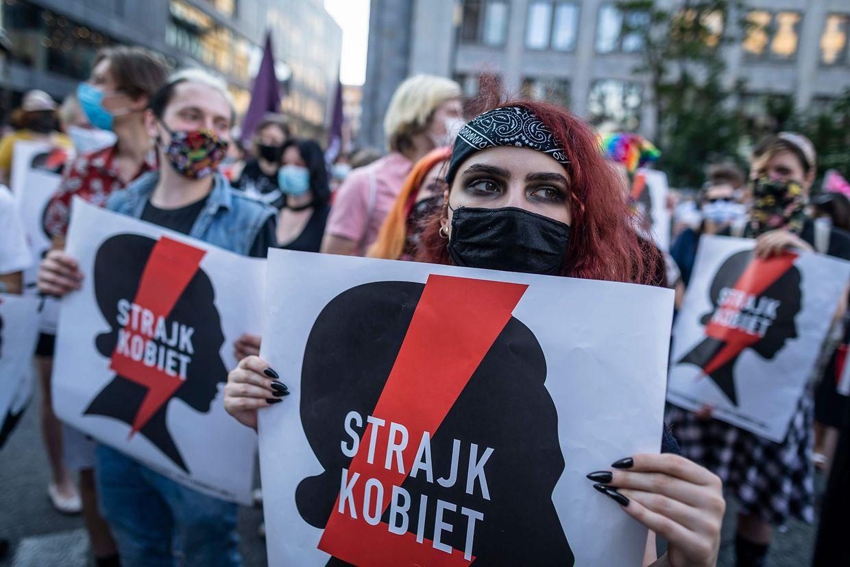 Demontrantinnen und Demonstranten gingen am vergangenen Freitag in Warschau für die Rechte von Frauen auf die Straße und demontrierten gegen das Austreten aus der Istanbuler Konvention.