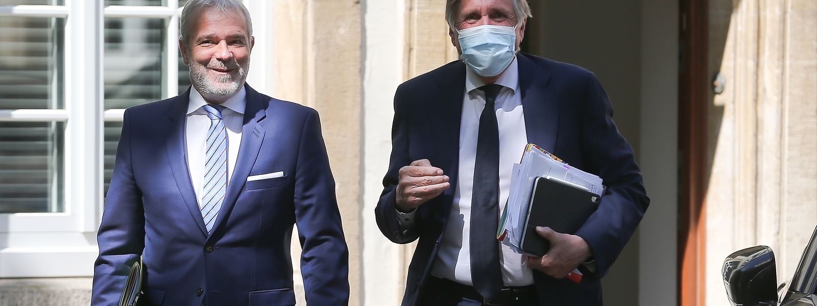 Oben ohne: Dan Kersch verzichtet auf den Mundschutz, François Bausch trägt seine Maske.