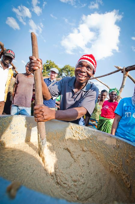 Die Zubereitung einer Schulspeisung in Sambia.