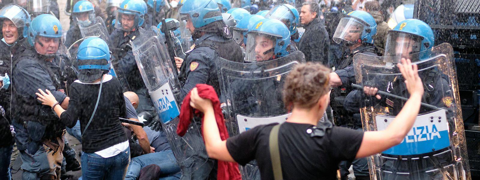 Nach Angaben von italienischen Medien sind mehrere Personen bei den Ausschreitungen während eines Protestes gegen die Coronamaßnahmen der Regierung festgenommen worden.