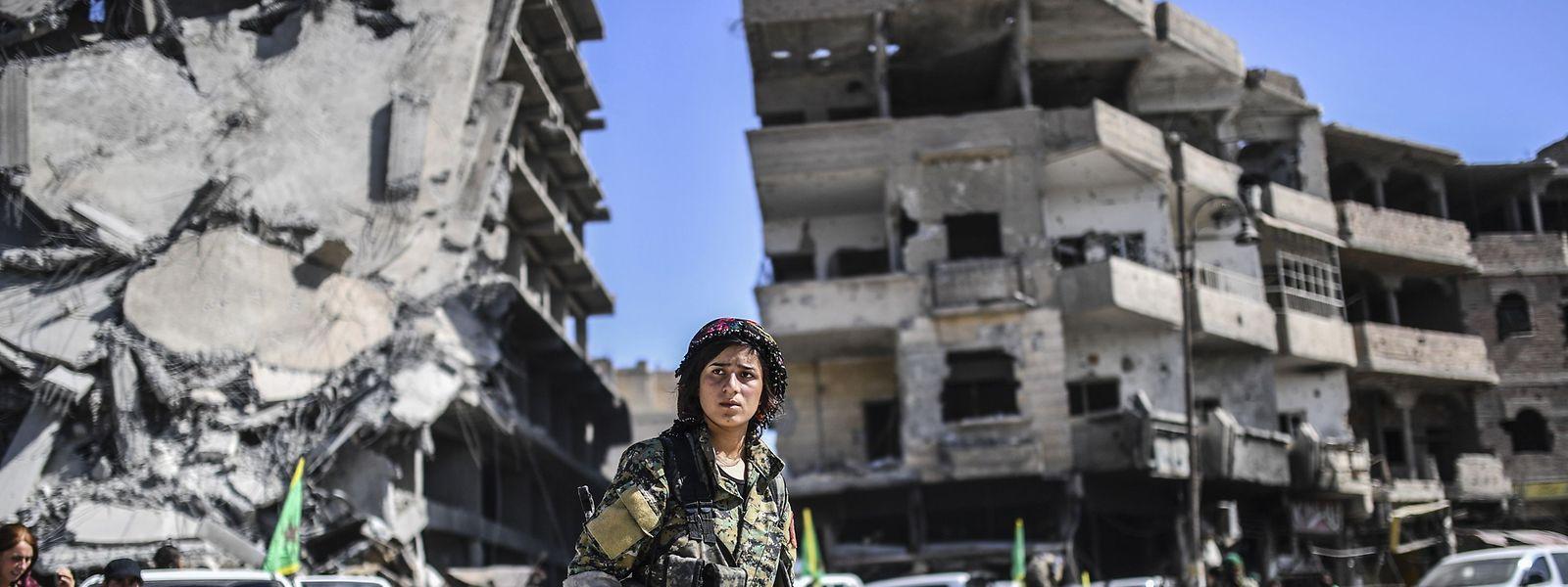Soldatinnen der Syrischen Demokratischen Kräfte (SDF) in der befreiten Stadt Al-Rakka.