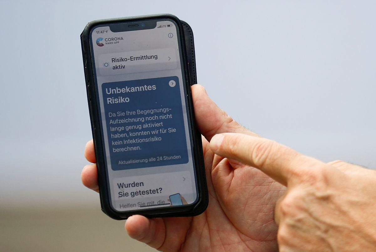 Ein Smartphone, auf dem die offizielle deutsche Corona-Warn-App zu sehen ist.
