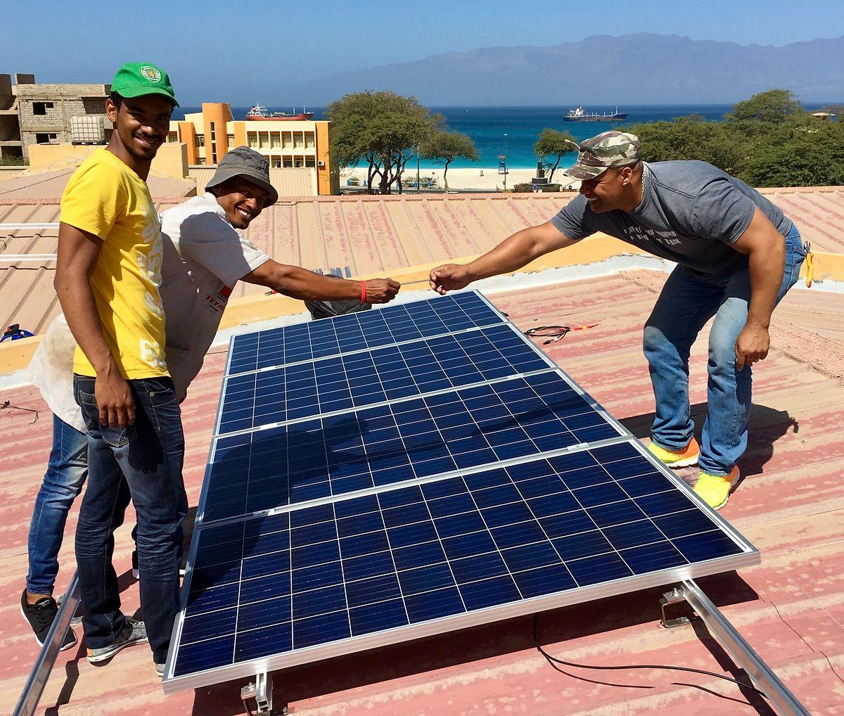 """Im Mai 2017 finanzierte die ONG-Athénée weitere Solaranlagen für die Kapverdischen Inseln.Unter anderem wurden Anlagen auf das Dach der technischen Sekundarschule """"Escola Industrial e Commercial do Mindelo-Guilherme Dias Chantre"""" in der Ortschaft Mindelo auf der Insel  São Vicente angebracht."""