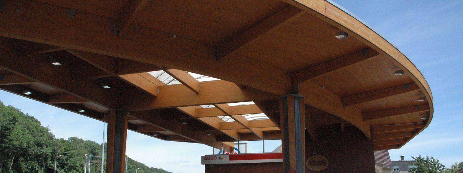 In Ingeldorf befindet sich die erste in Holz- und Stahlbauweise errichtete Tankstelle Europas.