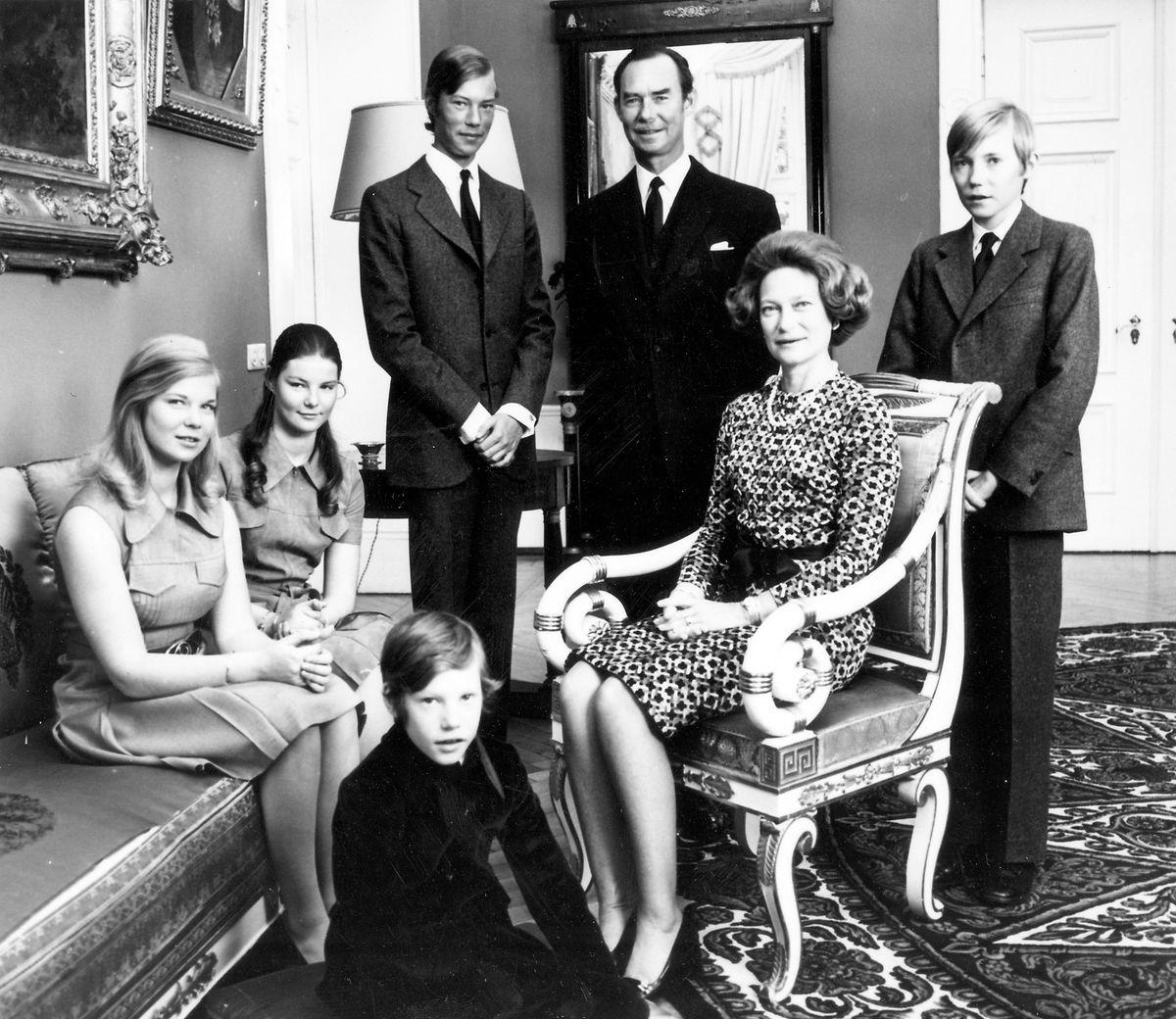 Jean de Luxembourg avec son épouse Joséphine Charlotte de Luxembourg et ses enfants: Marie-Astrid, Henri, Jean, Margaretha et Guillaume, en 1972.