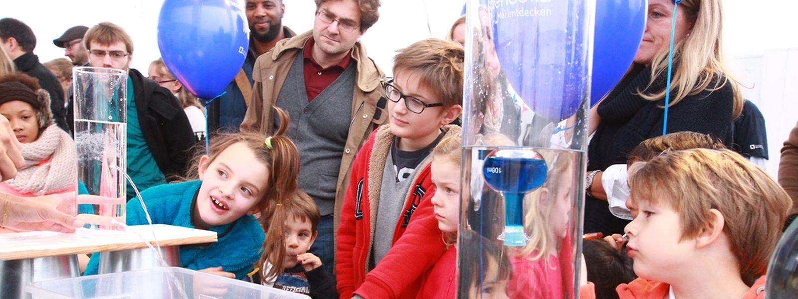 Staunende Blicke: Kleine und große Forscher durften selbst an den Experimenten teilnehmen.