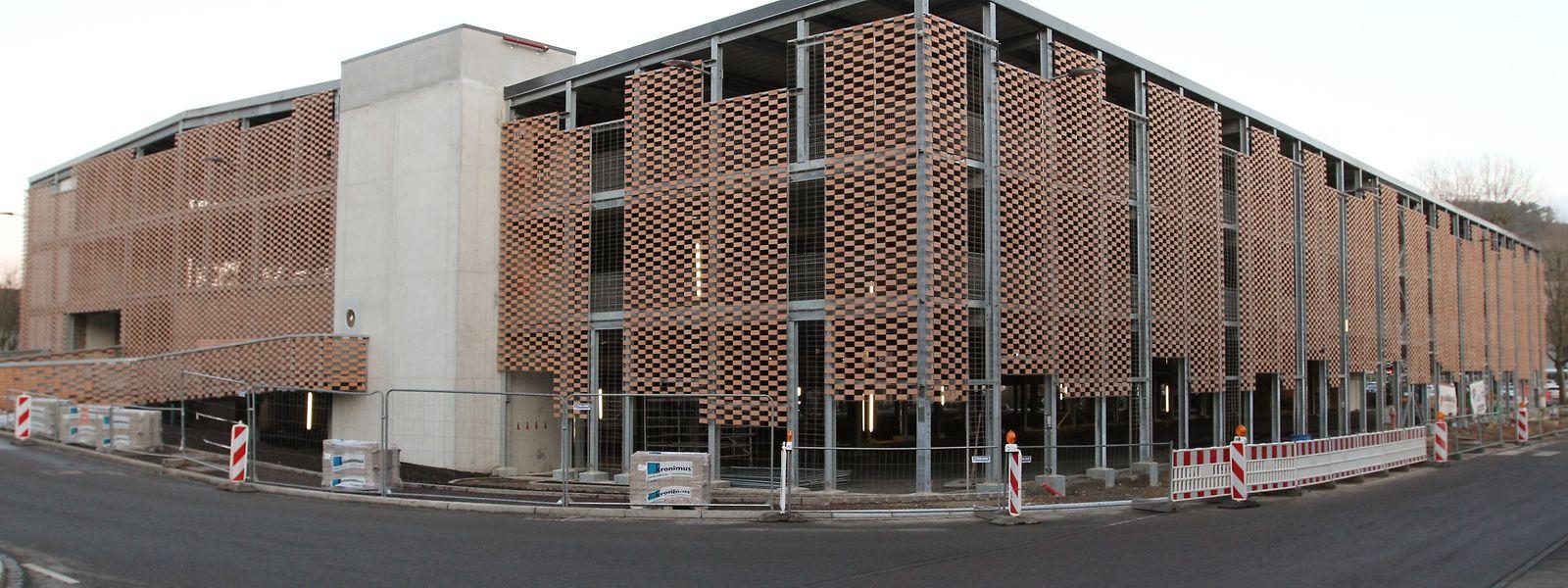 Das neue Parkhaus Am Däich, mit seiner noch zu bepflanzenden Spezialfassade, soll Anfang März eröffnet werden. /