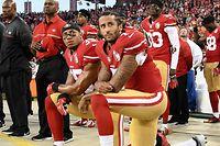 September 2016: Colin Kaepernick (v.) und Eric Reid knien während des Abspielens der US-amerikanischen Nationalhymne.