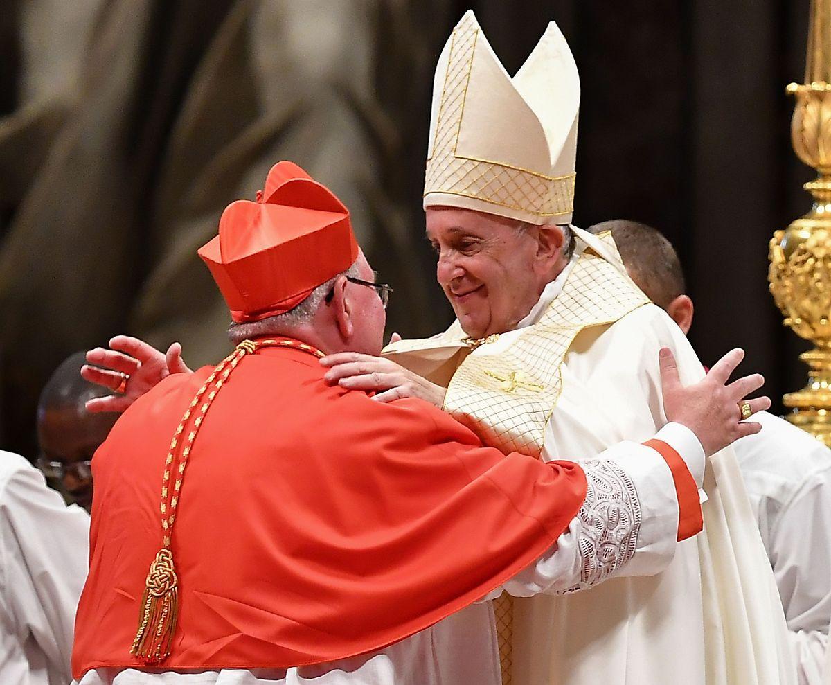 Szenen, die derzeit nicht möglich sind: Im Oktober haben sich Jean-Claude Hollerich und Papst Franziskus bei der Kardinalserhebung herzlich umarmt.