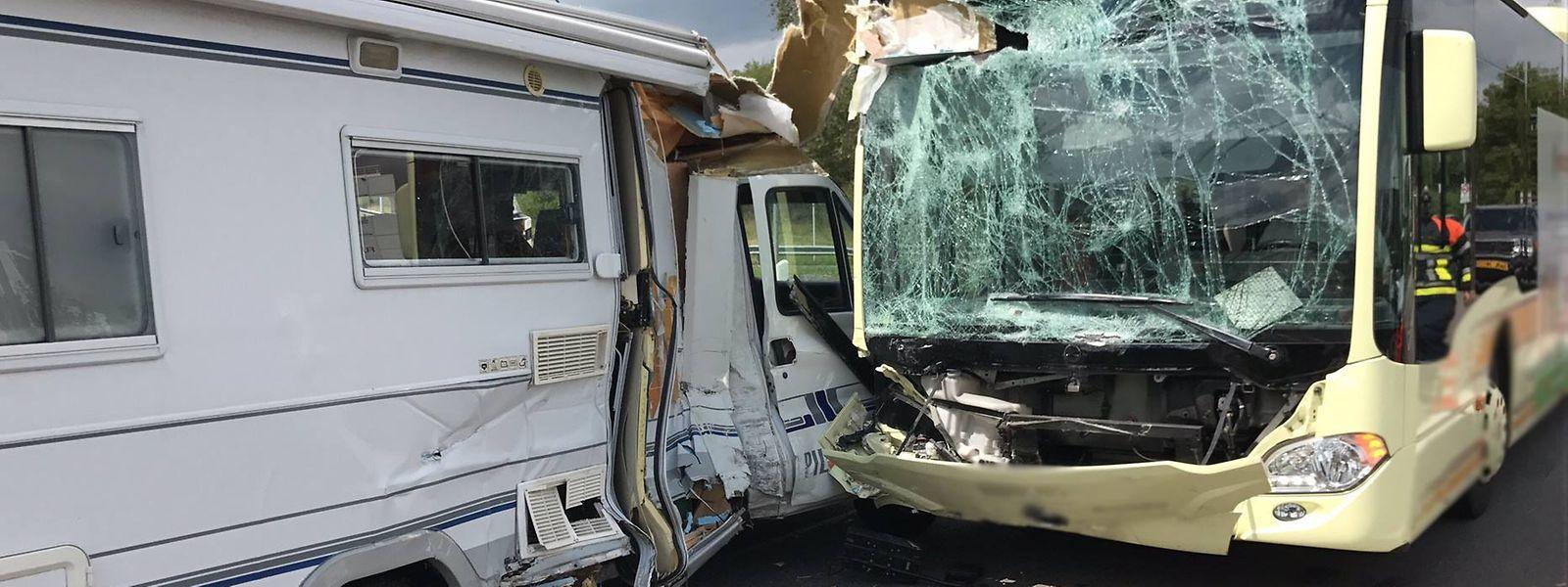 Fünf Personen wurden bei dem Unfall verletzt.