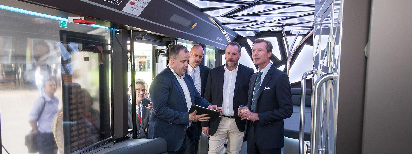 Großherzog Henri besichtigt den Partybus von Sales-Lentz.