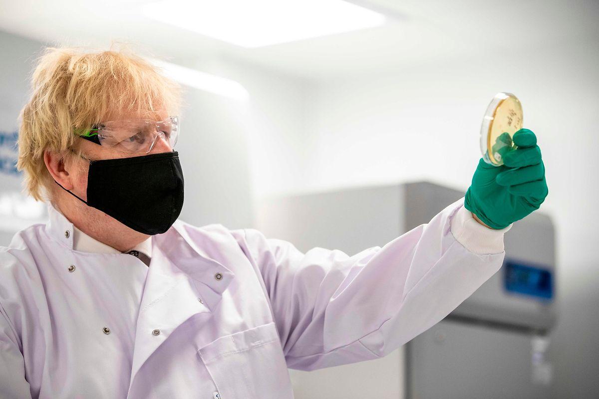 British Prime Minister Boris Johnson in a vaccine laboratory in the UK Photo: AFP
