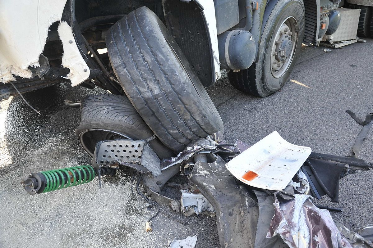 Der Aufprall war so heftig, dass die Aufhängung des Lastwagens aus dem Chassis gerissen wurde.