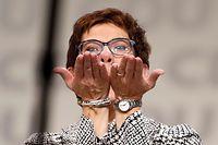 Eine erleichterte Annegret Kramp-Karrenbauer bedankt sich bei den CDU-Delegierten für ihr Vertrauen.