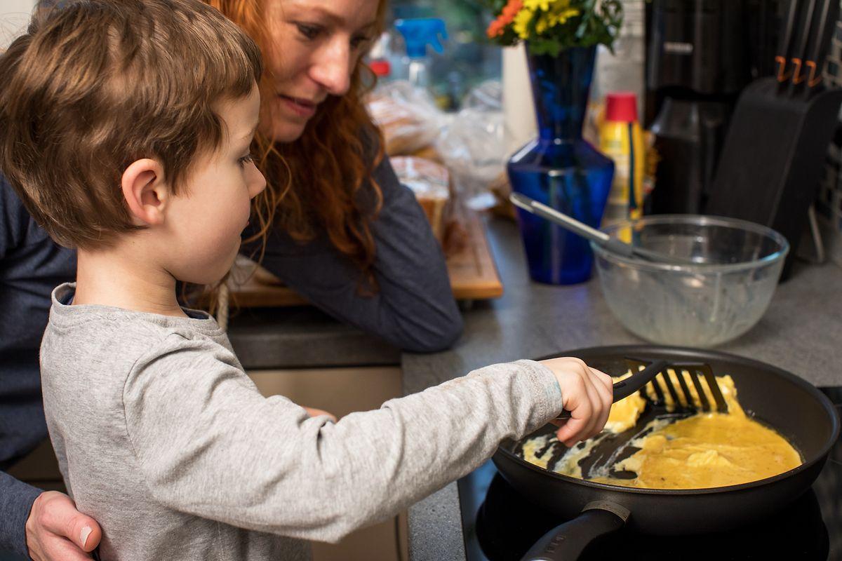 Mama, kann ich mal rühren? Dinge selber in die Hand zu nehmen, gibt den Kindern Selbstvertrauen.