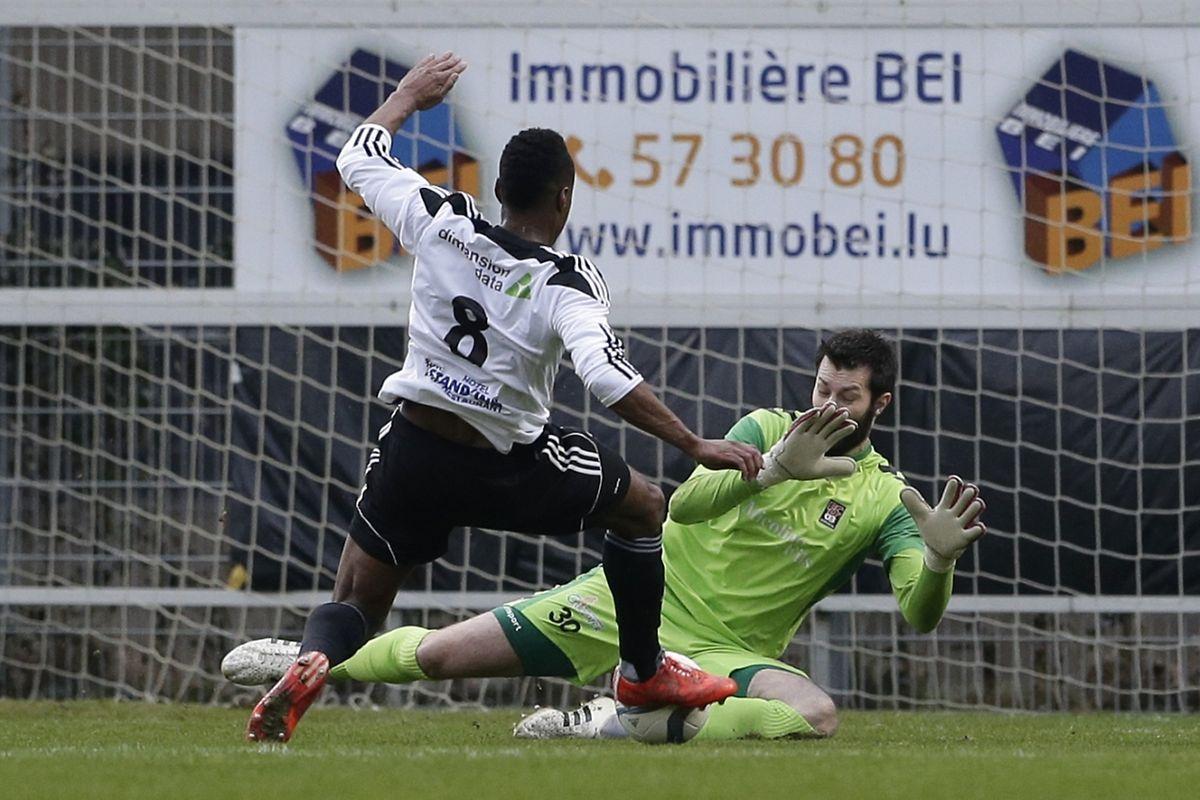 Hugo Fernandes bute sur Julien Weber, les attaquants eschois ne trouveront pas la faille face au portier français.