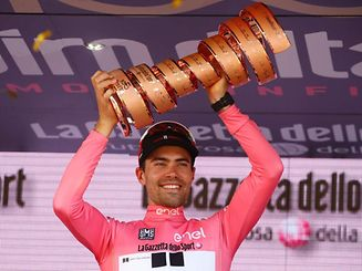 The winner of the 100th Giro d'Italia, Tour of Italy cycling race, Netherlands' Tom Dumoulin of team Sunweb holds the trophy on the podium after the last stage, an individual time-trial between Monza and Milan, on May 28, 2017.  Tom Dumoulin won the Giro 100 ahead of Colombia's Nairo Quintana of team Movistar, second, and Italy's rider of team Bahrain - Merida, Vincenzo Nibali, third.  / AFP PHOTO / Luk BENIES