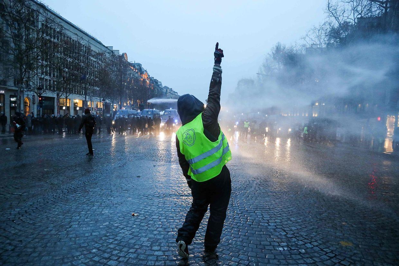 Nach Angaben des Innenministeriums nahmen bis zum Nachmittag 2.200 Menschen an den Protesten in Paris teil.