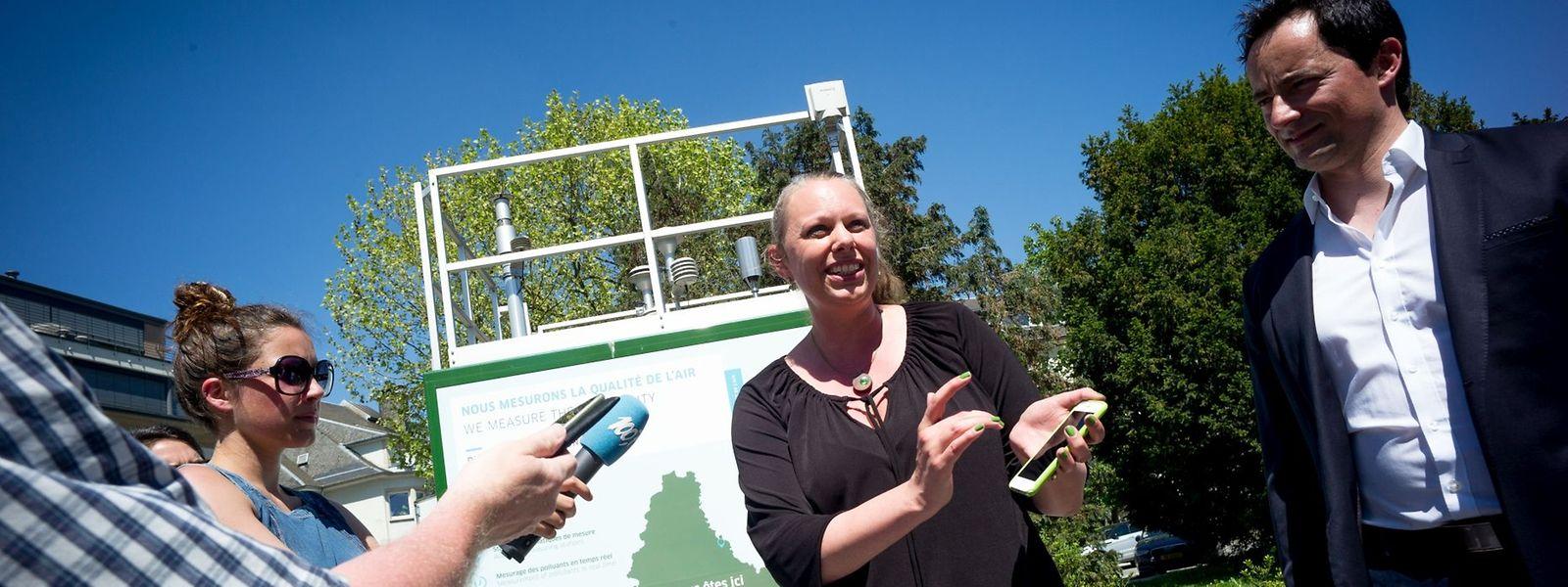 Umweltministerin Carole Dieschbourg vor dem neuen Messcontainer am Place Winston Churchill.