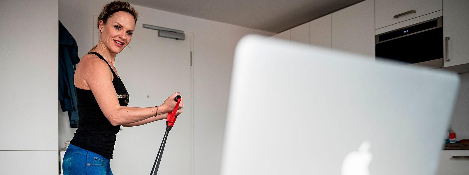 Grâce aux nouvelles technologies, les cours de fitness se donnent à distance. Histoire de garder un lien avec les clients.