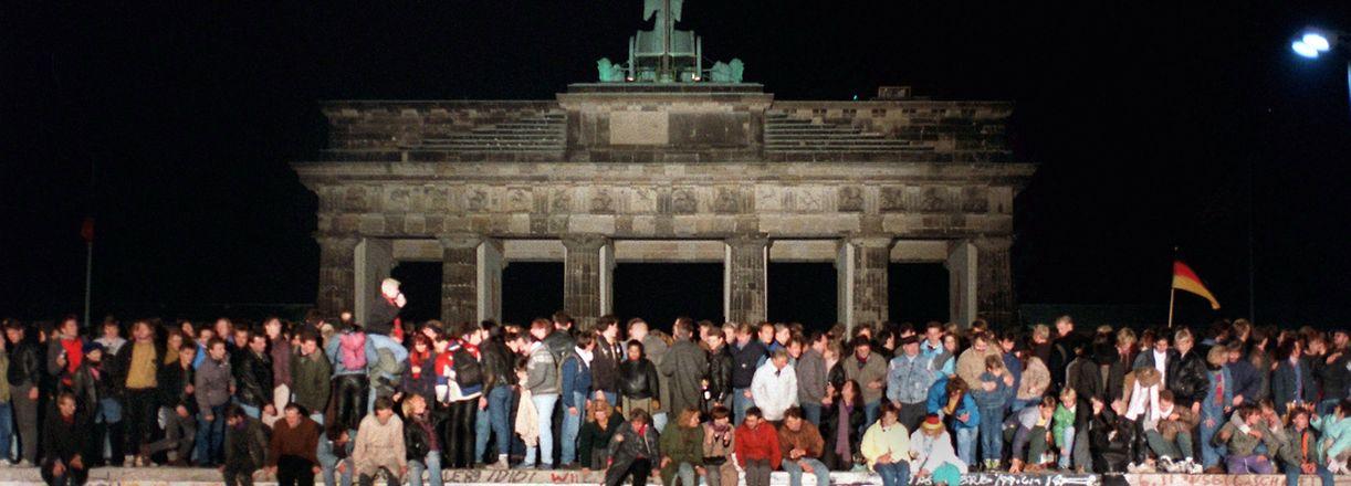ARCHIV - 10.11.1989, Berlin: Jubelnde Menschen auf der Berliner Mauer am Brandenburger Tor. Ab dem 4. November 2019 erinnert die Hauptstadt mit einer Festivalwoche an den Fall der Mauer vor 30 Jahren. Foto: Wolfgang Kumm/dpa +++ dpa-Bildfunk +++
