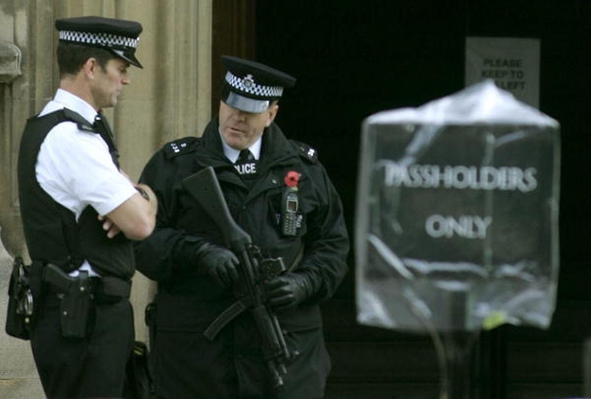 Polizisten bewachen den Eingang des britischen Geheimdienstes MI5.