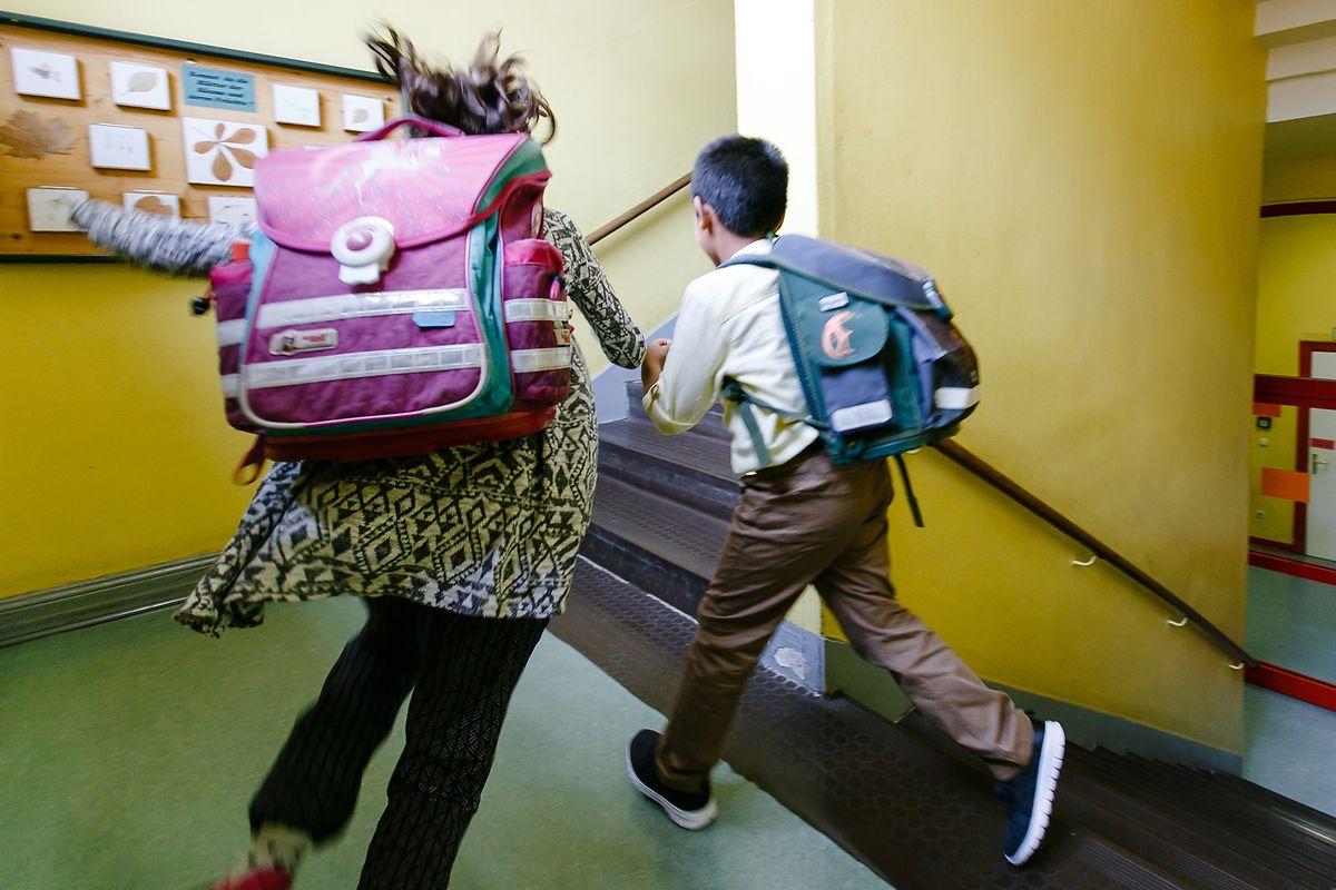 L'interruption du système scolaire, comme son éventuel redémarrage avant les vacances d'été, bouleverse le quotidien de 150.000 élèves et 20.000 enseignants.