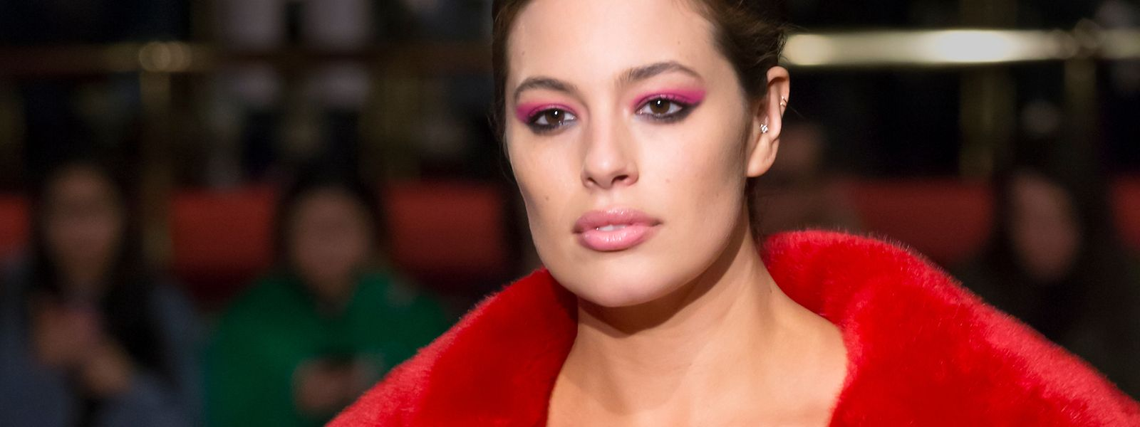 Oversize-Model Ashley Graham – hier zu sehen auf der New York Fashion Week – liefert den Beweis, dass Designermode auch jenseits von Größe 36 noch fantastisch aussehen kann.