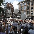 03.06.2018, Belgien, Lüttich: Menschen nehmen für die Opfer eines Angriffs mit Terror-Hintergrund in der vergangenen Woche an einer Mahnwache teil. Der mutmaßliche Täter hatte am 29.05.2018 in Lüttich (Liège) zwei Polizistinnen und einen Zivilisten getötet und eine Frau als Geisel genommen, bevor er von Sicherheitskräften erschossen wurde. Die Ermittler sehen Hinweise auf einen Terrorakt und Verbindungen zum Islamismus. Foto: Nicolas Maeterlinck/BELGA/dpa +++ dpa-Bildfunk +++