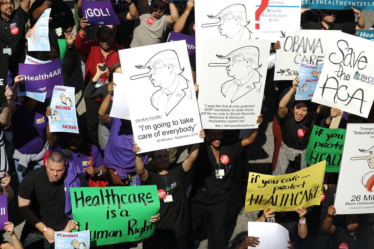 Die Debatte wird von Demonstrationen gegen Trumps Gesundheitsreform begleitet, wie hier in Los Angeles.