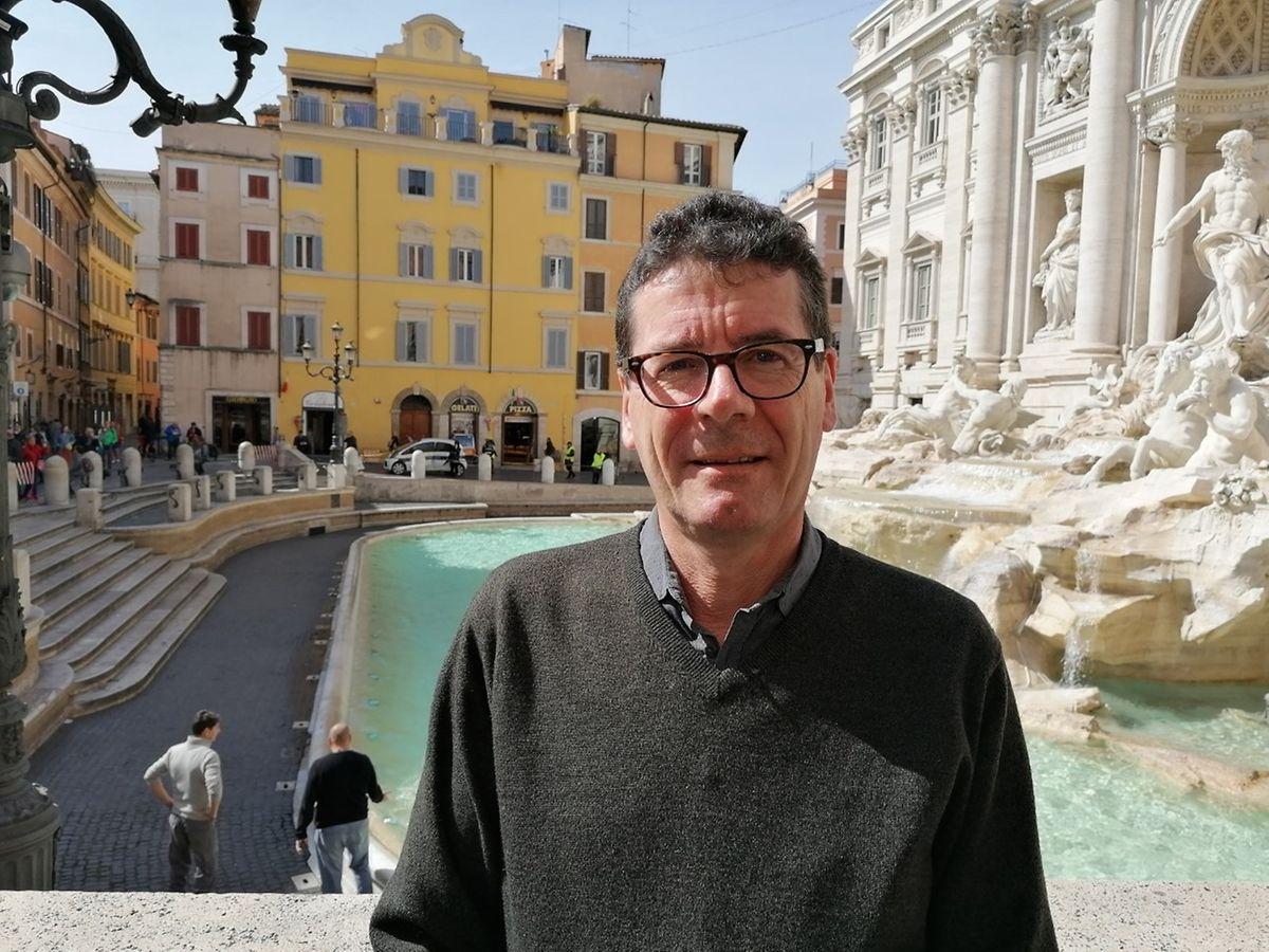 Italien-Korrespondent Dominik Straub vor der Fontana di Trevi: Das übliche Touristen-Getümmel vor dem berühmten Römer Brunnen gehört erst einmal der Vergangenheit an.